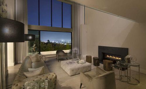 Ngôi nhà rộng 500 mét vuông, gồm bốn phòng ngủ, năm nhà tắm, được Demi Lovato mua lại năm 2016 với giá 8,3 triệu USD.