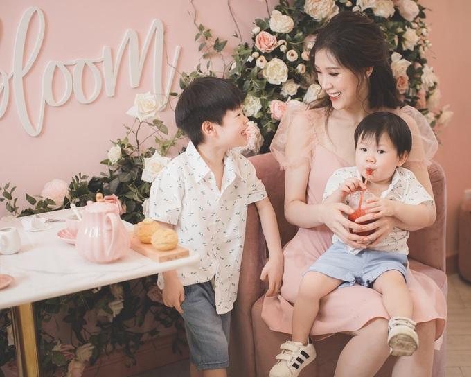 Hoa hậu Phí Thùy Linh quấn quýt bên hai con trai