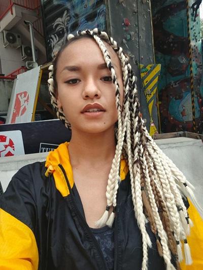 Phong cách bụi phủi, cá tính của Mai Ngô giúp cô ăn ý với kiểu tóc tết dây thừng.