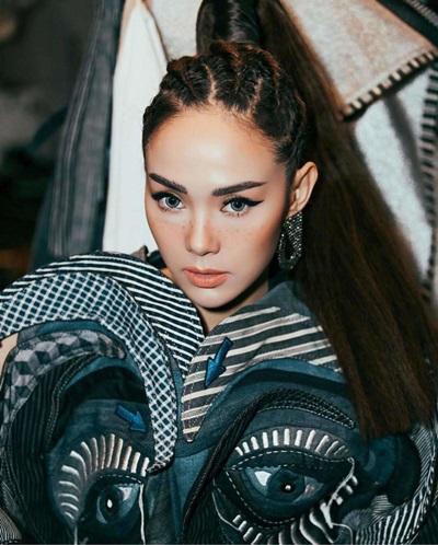 Trong một show thời trang, cô cũng để mái tóc này. Kiểu tóc độc đáo giúp gương mặt dễ thương của nữ ca sĩ thêm sắc sảo.