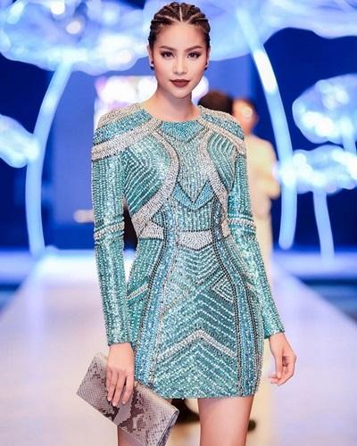Phạm Hương toát lên vẻ mạnh mẽ với kiểu tóc tết châu Phi và váy đính đá.