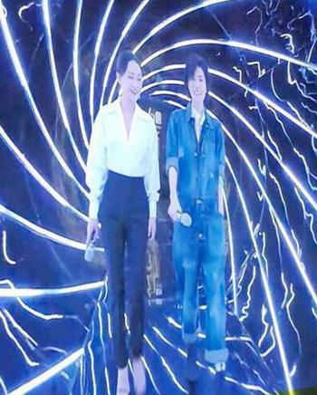 Vương Phi (phải) ghi hình chương trình truyền hình cùng Châu Tấn.