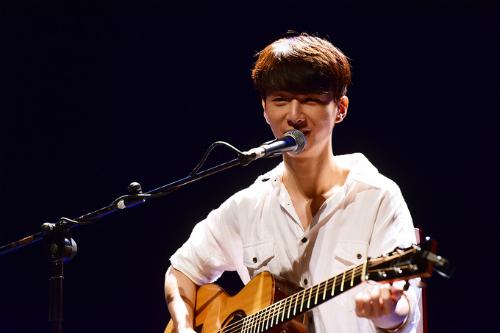 Sungha Jung trong đêm diễn ở Hà Nội năm ngoái. Ảnh: Giang Huy.