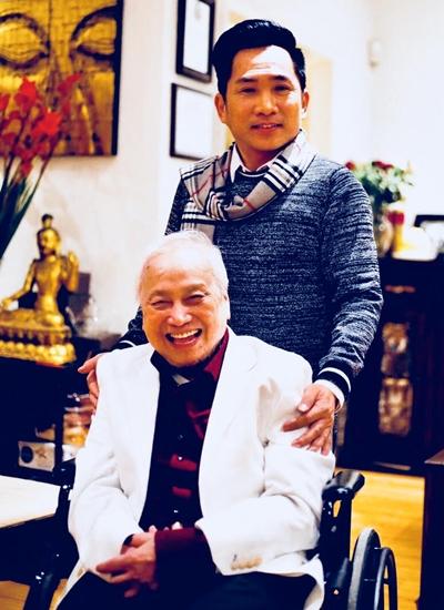 Nhạc sĩ Lam Phương bên ca sĩ Quang Thành.