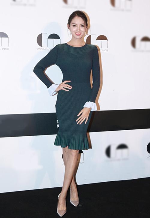 Hoa hậu Trương Tử Lâm được tôn dáng với váy bó, cắt xẻ