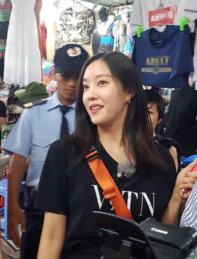 Hyomin trải nghiệm mua sắm ở chợ tại Việt Nam.