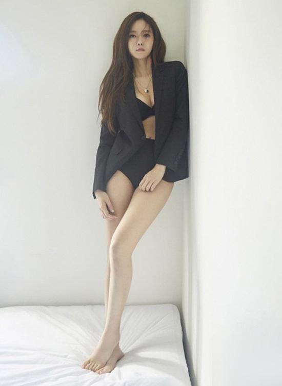 Vẻ nóng bỏng của ca sĩ Hyomin khi diện áo tắm, nội y