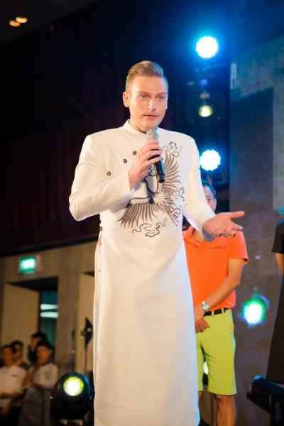 Ca sĩ Kyo York dẫn dắt chương trình từ thiện.