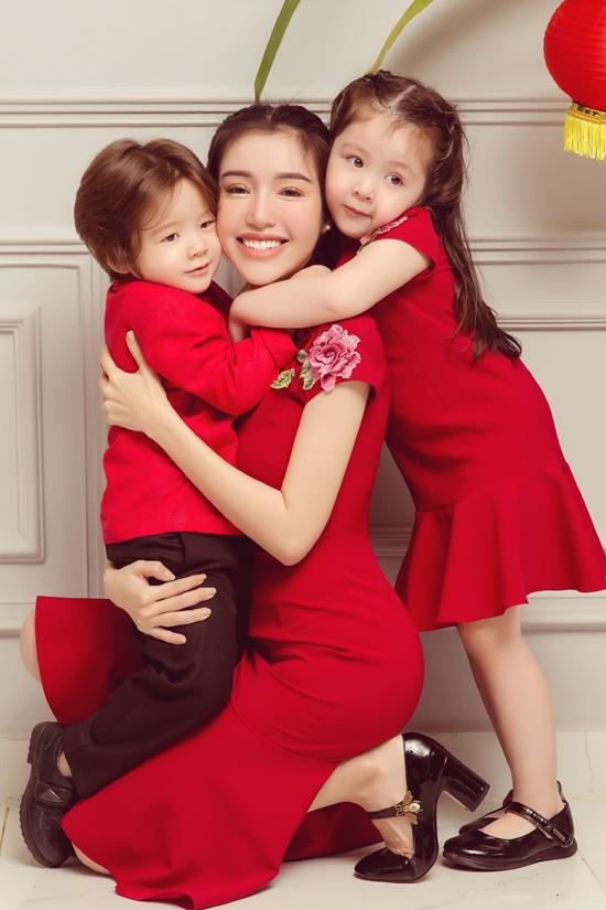 Hai con lai của Elly Trần quấn quýt bên mẹ
