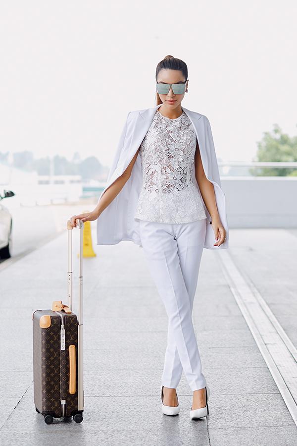 Khả Trang mang 10 kiện hành lý dự thi Siêu mẫu Quốc tế