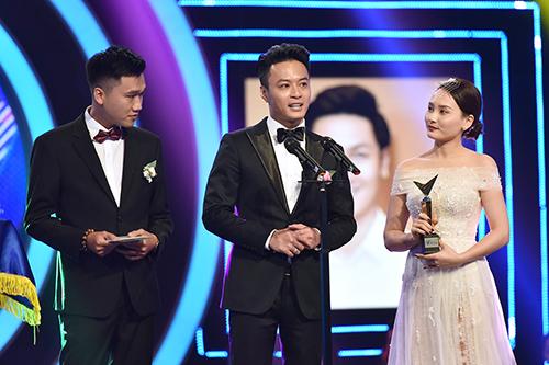 Hồng Đăng (giữa) nhận giải Nam diễn viên ấn tượng với vai Phong trong phim Cả một đời ân oán.