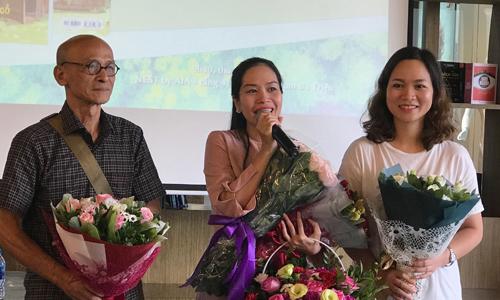 Nhà văn Nguyễn Văn Thọ (trái) và tác giả Mây (giữa) tại sự kiện.