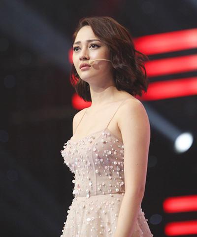 Bảo Anh tỏ ra quyết liệt trong lần đầu ngồi ghế nóng The Voice Kids. Cô nắm tay thí sinh Hà Quỳnh Như, mời lên ghế của mình ngồi, hôn tay Hải Yến để bày tỏ sự ngưỡng mộ với thí sinh này.