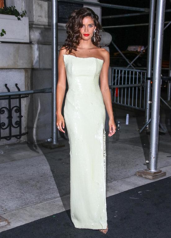 Bella Hadid phô đường cong với trang phục bó