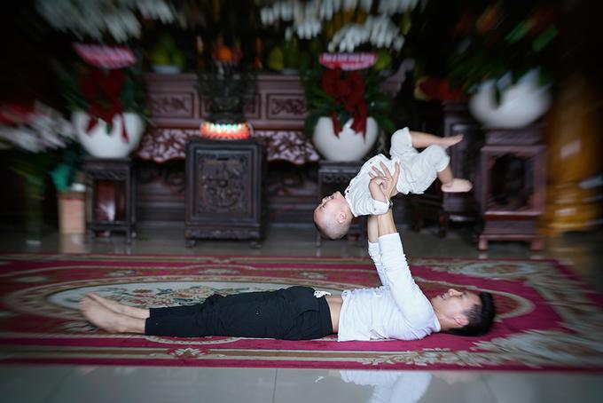 Quốc Nghiệp diễn xiếc cùng con trai trong chùa