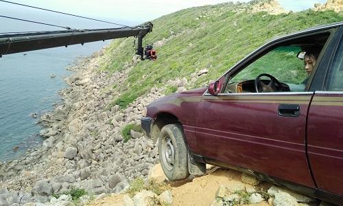 Khả Ngâncho biết bị bong gân khi ô tô va đập vào đá.
