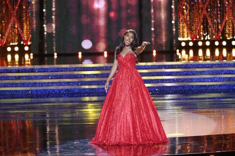 Trong đêm thi, Nia Franklin gây ấn tượng nhờ màn thi tài năng bằng màn hát opera cao vút.