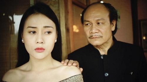 Ngoài các vị khách, Quỳnh (trái) còn phải phục vụ cho ông Cấn.