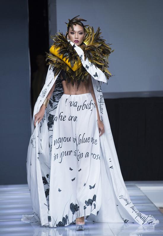 Diệu Huyền làm vedette show thời trang tại New York