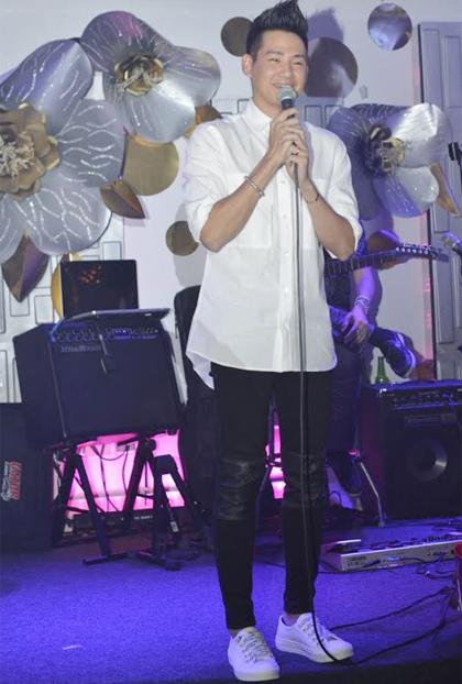 Ca sĩ Phùng Ngọc Huy biểu diễn trong đêm nhạc kêu gọi ủng hộ Mai Phương trị ung thư phổi.