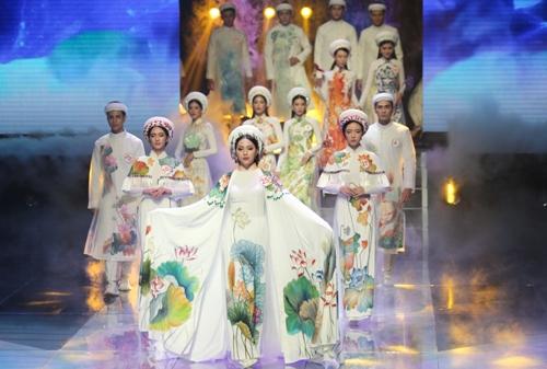 Bố cục và trang phục của các màn diễn đều giống một cuộc thi hoa hậu.