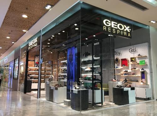 Geox mong muốn tạo nên sự kết hợp của công nghệ tiên tiến (được biểu trưng bởi chữ X) với các nguồn cảm hứng của phong cách Italy.