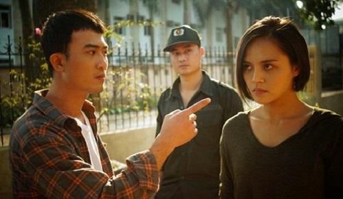Vị trí của Cảnh (trái) cũng lung lay trong tập 10khi ông Cấn mướn thêm một tên bảo vệ bặm trợn, vừa làm cùngvừa giám sát anh.