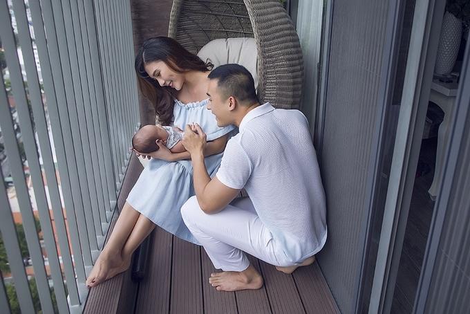 Lương Thế Thành ôm hôn vợ và con trai đầu lòng