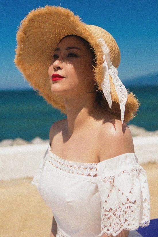 Hà Kiều Anh tôn dáng với bikini một mảnh