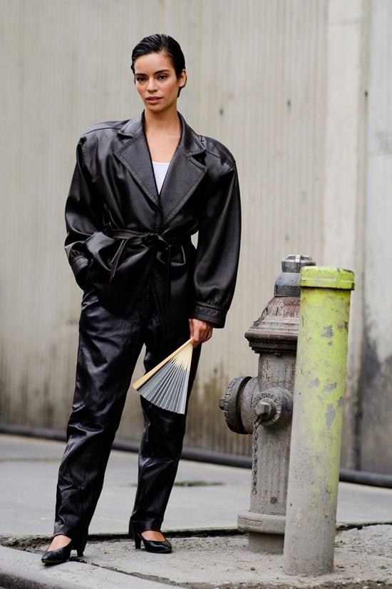 Tín đồ thời trang diện mốt không áo ngực trên đường phố New York