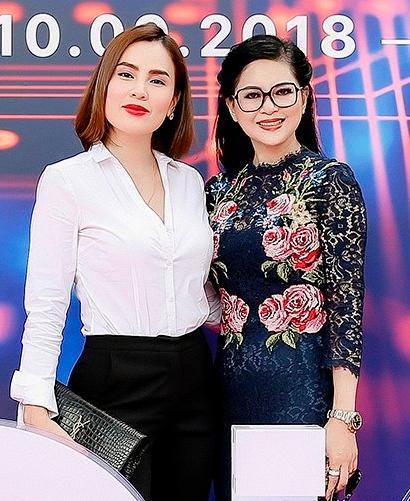 Cựu diễn viên Thủy Tiên và Hoa hậu Phương Lê cùng chọn phong cách thanh lịch, kín đáo.