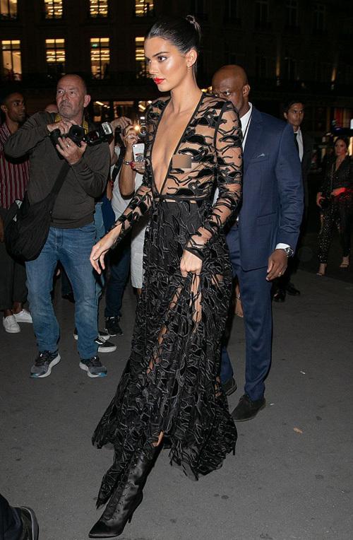 Kendall Jenner diện mốt ngực trần ở Paris