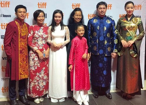 Từ trái sang: diễn viên Thành Tâm, nhà sản xuất Trần Thị Bích Ngọc, diễn viên Trà My, đạo diễn Phương Anh, diễn viên Cát Vy, Lê Vũ Long và Maya.
