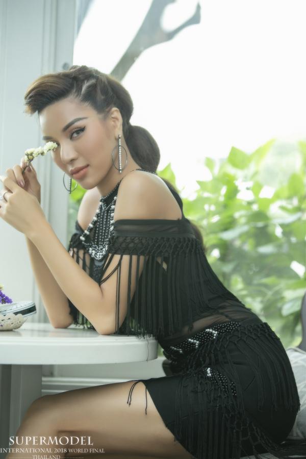 Khả Trang khoe sắc bên dàn thí sinh Siêu mẫu Quốc tế