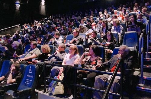 Nhiều khán giả đến dự buổi chiếu phim.
