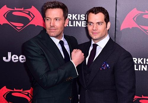 Henry Cavill (phải)và Ben Affleck - tài tử thủ vai Batman - được cho là những người đầu tiên mất vaitrong Vũ trụ Điện ảnh DC.