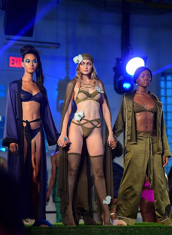 Người mẫu bế bụng bầu ở show nội y của Rihanna