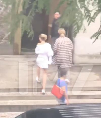 Hailey Baldwin và Justin Bieber bước vào tòa án ở New York. Ảnh: TMZ.