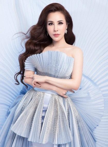 Hoàng Dung thường xuất hiện với nhiều món đồ và váy áo đắt đỏ thuộc các bộ sưu tập của Hermes, Chanel, Dior, Balmain, Givenchy...