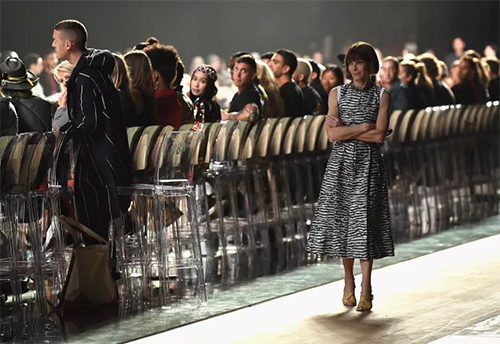 Anna Wintour đứng đợi show Marc Jacobs bắt đầu. Ảnh: Dimitrios Kambouris.