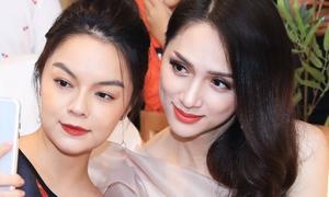 Phạm Quỳnh Anh, Hoa hậu Hương Giang tay bắt mặt mừng khi hội ngộ