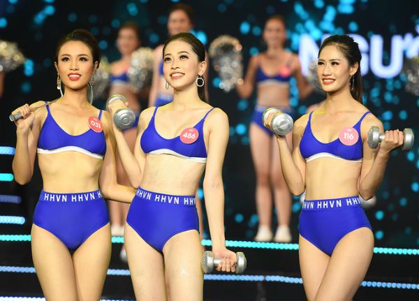 Huỳnh Phạm Thủy Tiên, Bùi Phương Nga, Lê Thị Hà Thu Chiêu (từ trái sang) dẫn đầu phần thi Người đẹp thể thao.