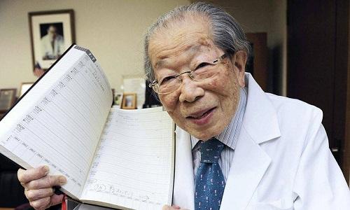 Shigeaki Hinohara được gọi là huyền thoại trong giới y khoa Nhật vì sức lao động bền bỉkhi tuổi cao.
