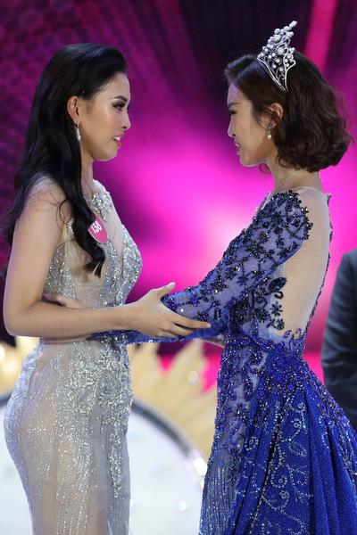 Tiểu Vy và Mỹ Linh cùng nhau khóc trong thời khắc chuyển giao vương miện.