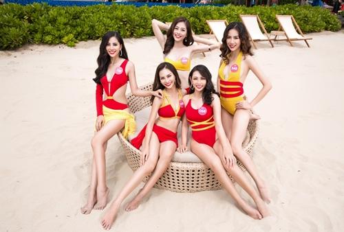 Trong một hoạt động bên lề cuộc thi, Trần Tiểu Vy và các thí sinh diện trang phục bikini của Vietjet, cười tươi tắn tại bãi biển Đà Nẵng.