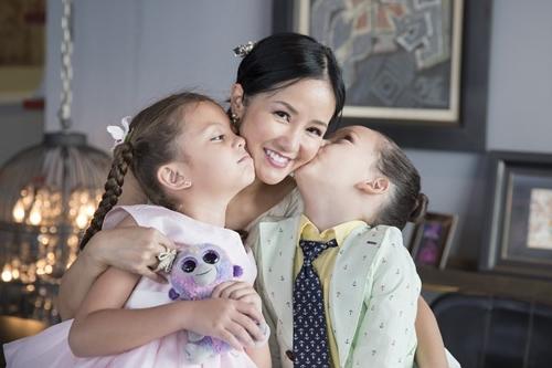 Ca sĩ Hồng Nhung và hai con Tôm (phải) - Tép.
