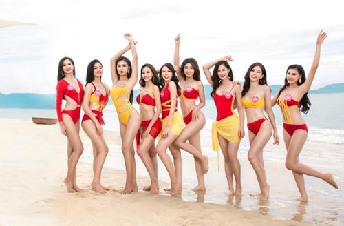 Hoa hậu Tiểu Vy (ngoài cùng bên trái) và các cô gái trẻ trung đại diện cho nhan sắc Việt đầy tự tin khoe sắc với trang phục bikini biến tấu tới từ Vietjet trên bờ biển Đà Nẵng xinh đẹp.
