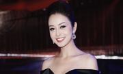 Jennifer Phạm mặc váy trễ vai dẫn chương trình