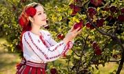 Lý Nhã Kỳ hái táo, ngắm vườn hồng ở Romania