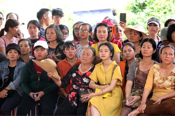 Nhà thờ tổ của Hoài Linh đón hàng trăm người về xin lộc